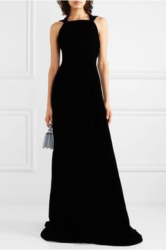 Schwarz Robe aus Seidensamt | Alaïa | NET-A-PORTER Gown Suit, Velvet Gown, Silhouette, Modest Dresses, Long Dresses, Alaia, Haute Couture Fashion, Models, Couture Dresses