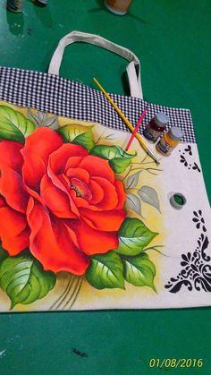 #pinturaentela Handmade Handbags, Handmade Bags, Mural Painting, Fabric Painting, Painted Bags, Hand Painted, Henna Candles, Crochet Shoulder Bags, Diy Tote Bag