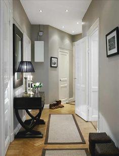 Hallen är målad i en gråbeige färg från Flamant som matchas med mattor från Åhléns. Litet avlastni...
