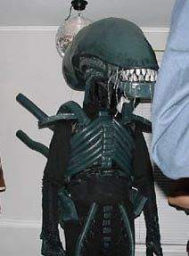 Paper mache Alien head built on to a bike helmet, foam ectoskeleton with tail, gloves with claws. Halloween 2017, Holidays Halloween, Halloween Crafts, Halloween Ideas, Family Costumes, Diy Costumes, Halloween Costumes, Xenomorph Costume, Alien Vs Predator