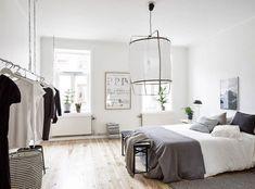 Un poco de blanco, un poco de gris y una lámpara preciosa.   22 Fotos de habitaciones minimalistas que amarás