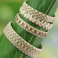 Arts And Crafts House Style Flax Weaving, Weaving Art, Basket Weaving, Hawaiian Crafts, Hawaiian Art, Homemade Bracelets, Design Your Own Jewelry, Weaving Designs, Pearl Design
