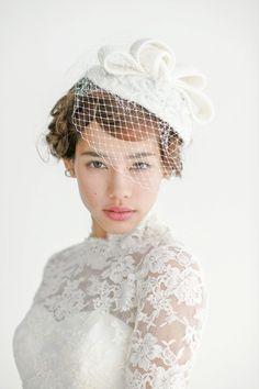 ニット素材とチュールの個性的なトーク帽を、タイトにまとめたアップスタイルに合わせて少しレトロモダンな雰囲気を演出。ヨーロッパの貴族のような気...