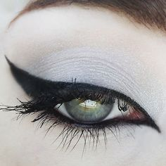 Have you always wanted to achieve that beautiful cat eye look with your eyeliner? If you're having a hard time, there are some easy cat eyes makeup tips you can try out. These tips will help you achieve the look every time in a matter of minutes. Dramatic Wedding Makeup, Dramatic Eye Makeup, Edgy Makeup, Cat Eye Makeup, Bridal Makeup Looks, Dramatic Eyes, Makeup For Green Eyes, Eye Makeup Tips, Makeup Inspo