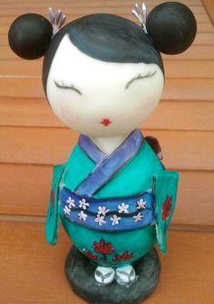 Kokeshi doll muñeca japonesa de porcelana fría