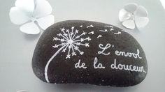 Stone picked up on the beaches of South and painted with posca (paint permanent and water resistant) decorative object, can be used as a paperweight Dimensions: approximately 11 x cm. Thickness: about 2 cm.