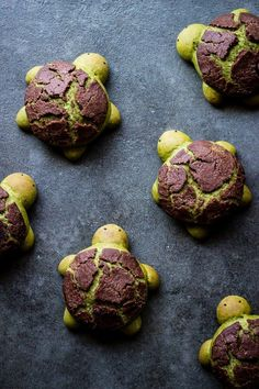 These matcha milk bread turtles are not just totally adorable, they are super delicious with a white chocolate filling as an extra sweet surprise! Matcha Milk, Matcha Green Tea, Green Teas, Hokkaido Milk Bread, Chocolate Filling, White Chocolate, Chocolate Ganache, Ganache Cake, Food 52