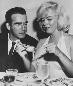 Actress Marilyn Monroe rolls eats pasta in a restaurant in San Francisco during a dinner with actor Montgomery Clift. Monroe divorced Arthur Miller in Montgomery Clift, Hollywood Stars, Classic Hollywood, Old Hollywood, Hollywood Glamour, Famous Photos, Rare Photos, Vintage Photos, Fotos Marilyn Monroe