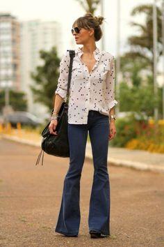 O poder da calça flare - #GuitaModa. Camisa branca com estampa de estrelas, calça jeans