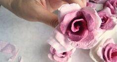 A decoração de sua casa vai ficar muito mais especial se você fizer esta flor de caixa de ovo e posicionar ao redor de um espelho, por exemplo. Mas esta nã