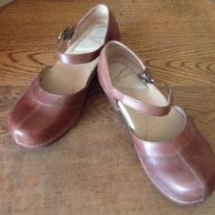 CUTE DANSKO SHOES NEVER WORN Brown leather shoe with buckle. Comfortable great shoe. Dansko Shoes Mules & Clogs