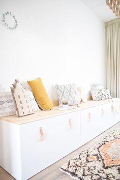 DIY Ikea Stuva – eine Bank am Esstisch – Samantha Fashion Life – Kids Room 2020 Living Room Decor Ikea, Playroom Decor, Decor Room, Home Decor, Ikea Hack Bench, Ikea Stuva, Diy Zimmer, Diy Interior, Interior Design