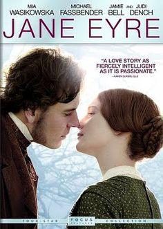 """JANE EYRE Baseado na obra de Charlotte Bronte, depois de uma infância marcada de infortúnios, a órfã Jane Eyre é enviada a um rígido e severo colégio interno. Somente aos 18 anos, ela se livra da tutela do colégio e consegue um emprego como tutora da filha """"bastarda"""" de Edward Rochester, um prepotente aristocrata inglês. Com o passar do tempo, Jane e seu patrão se apaixonam. Logo, a cerimônia de casamento deles é abalada quando um visitante revela o segredo que ele fazia questão de esconder..."""