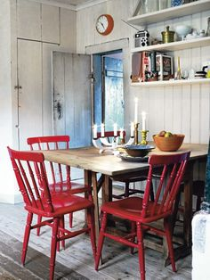 Chaises rouges - Scandinavian home: swedish cottage Swedish Kitchen, Swedish Cottage, Cottage Style, Swedish Farmhouse, Red Dining Chairs, Dining Area, Red Chairs, Wooden Chairs, Painted Chairs