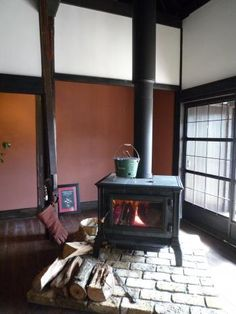 暖炉 Wood Stove Hearth, Tiny Wood Stove, Fireplace Hearth, Fireplaces, Backyard Office, Rocket Stoves, Japanese House, Wooden Flooring, Living Room Interior