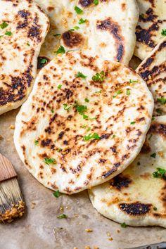 Delikatne chlebki naan (6 składników) - Wilkuchnia Naan, New Recipes, Cooking Recipes, Pain Pita, Good Food, Yummy Food, Tasty Videos, Chapati, Food Photo