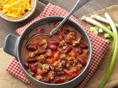 Learn how to make delicious Classic Chili. Bean Recipes, Chili Recipes, Soup Recipes, Cooking Recipes, How To Cook Chili, Chili Cook Off, Chili Ingredients, Chowder Soup, Ground Meat Recipes