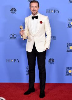 Emma Stone & Ryan Gosling Were So Cute in the Golden Globes Winners Room!: Photo La La Land co-stars Emma Stone and Ryan Gosling were both big winners at the 2017 Golden Globes on Sunday night (January and they shared some super cute moments… White Tuxedo Wedding, Wedding Tux, Trendy Wedding, Groom Tuxedo, Tuxedo For Men, Tuxedo Suit, Ryan Gosling Style, White Tuxedo Jacket, Wearing A Tuxedo