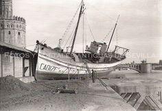 Barco varado en el muelle tras descender las aguas, 1947.