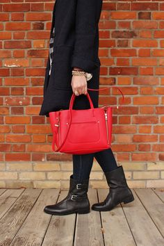red tote and biker boots Trendy Outfits, Winter Outfits, Fashion Outfits, Spring Fashion, Winter Fashion, Red Tote Bag, Biker Boots, Fashion Gallery, Mom Style