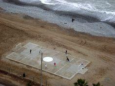 Beautiful. (Fútbol Playa / Beach Soccer by Miguel Vera, via Flickr)