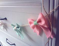 DIY bows, lots of bows! – The Crafty Mummy Crochet Wreath, Diy Crochet, Crochet Flowers, Diy Bow, Diy Hair Bows, Diy Finger Knitting, Bow Garland, Roving Yarn, Felt Kids