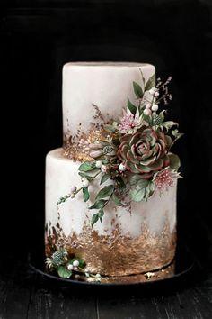 Bolo dos noivos com flores de açúcar e cobertura de folha de ouro