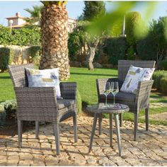 Klare Sache: Dieser Beistelltisch von AMBIA wird sich auf Ihrer Veranda oder im Garten großer Beliebtheit erfreuen. Mit einer Höhe von ca. 45 cm lässt sich der kompakte Tisch perfekt zu Ihren Gartenmöbeln kombinieren und eignet sich ideal zum Abstellen kühler Getränke und kleiner Snacks. So haben Sie beim Sonnenbad oder Relaxen stets die passende Erfrischung parat oder lassen Sommerabende bei einem Glas Wein auf der Terrasse stimmungsvoll ausklingen.