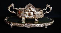 Magnífica floreira art noveau em metal prateado com ricos detalhes apoiada em belíssima base trab.