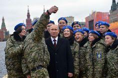 Presidente russo posando para uma foto com participantes do centro militar e patriótico Vympel na Praça Vermelha em Moscou, Rússia
