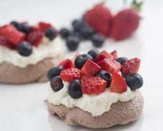 Prøv disse fine små mini chokoladepavlova med jordbær og blåbær. De er perfekte portionsanretninger til gæster.