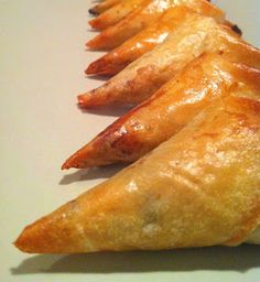 Samoussa au bœuf cuit au four sans rajout de mat grasse - Empanadas, Tunisian Food, Ramadan Recipes, Snack Recipes, Snacks, Bread Bowls, No Cook Meals, Cooking Time, Finger Foods
