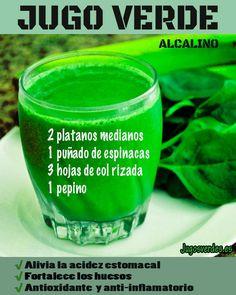 Jugo verde a base de frutas y verduras alcalinas para aliviar la acidez estomacal. También posee propiedades antioxidantes y anti-inflamatorias. #jugoverde #acidez #salud