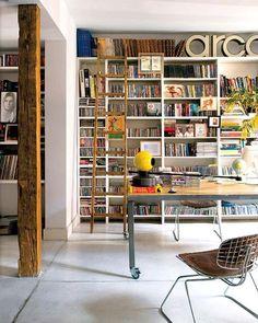 Gaaf idee: in de badkamer in dit appartement staat een leren fauteuil  - for more inspiration visit http://pinterest.com/franpestel/boards/