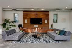 aménagement salon moderne avec support tv mural et mur en bois