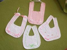 BABEROS TEJIDOS CROCHET Crochet Baby Bibs, Free Crochet, Knit Crochet, Embroidery Patterns, Crochet Patterns, Crochet Ideas, Baby Kind, Knitting For Kids, Baby Crafts