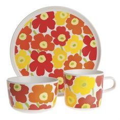 This lovely little dinnerset for kids comes with the classical Unikko pattern from Marimekko where a plate, a bowl and a mug is included. This dinnerware set is perfect as a gift or present!