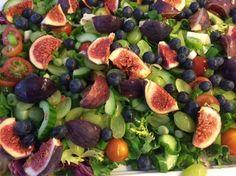 Blandet grøn salat 1 bakke grønne druer i halve 1 bakke Blåbær 1 Agurk, halveret og kernerne skrabet ud. Derefter i skiver 1 bakke cherrytomater i halve 1 bundt forårsløg i skiver 4-6 Figner i kvarte Kom den grønne salat på et fad, I en skål blandes cherrytomater, agurk, forårsløg og vindruer. Det vendes rund…