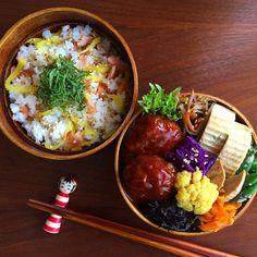 鮭と沢庵の混ぜご飯とハンバーグお弁当 …縦を意識した詰め方✨