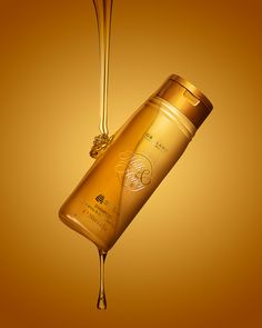 Milk and Gold shampoo ,Great product that make your dull hairs to shine Oriflame Beauty Products, Oriflame Business, Honey Shampoo, Makeup Wallpapers, Dull Hair, Milk And Honey, Mason Jar Lamp, Body Care, Bath And Body