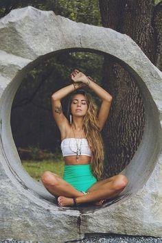 Den Look kaufen:  https://lookastic.de/damenmode/wie-kombinieren/weisses-bikinioberteil-mit-rueschen-gruene-bikinihose/10329  — Weißes Bikinioberteil mit Rüschen  — Grüne Bikinihose