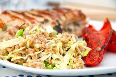 Perlespelt og spidskål passer perfekt sammen, så hvorfor ikke bruge dem som det sunde tilbehør til bøf eller kotelet. I stedet for kartofler. Til perlespelt og spidskål til fire personer skal du bruge: 2,5 deciliter perlespelt Et halvt, Fried Rice, Fries, Cabbage, Yummy Food, Chicken, Meat, Vegetables, Ethnic Recipes, Smuk
