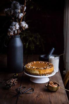 Banánový cheesecake so slaným karamelom - The Story of a Cake Banana Cheesecake, Cheesecake Recipes, V60 Coffee, Cheesecakes, Hobbit, Nutella, Winter Wonderland, Caramel, Good Food