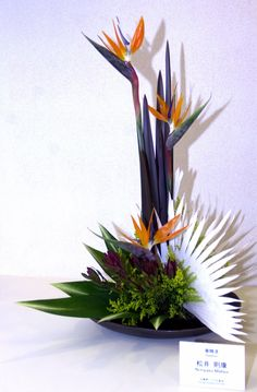 travel-curiosities: Ikebana the art of flower arrangement Ikebana Arrangements, Tropical Floral Arrangements, Ikebana Flower Arrangement, Flower Arrangements Simple, Flower Vases, Cactus Flower, Exotic Flowers, Tropical Flowers, Beautiful Flowers