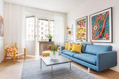 5-sala-pequena-sofá-azul-paredes-brancas-objetos-coloridos