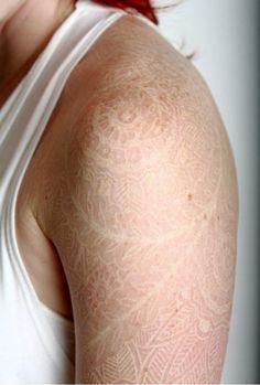 Was hältst du von weißen Tattoos? Würdest du dir ein ganz normales oder eher ein weißes Tattoo stechen lassen? Diese 7 Tattoos sehen wirklich großartig aus!