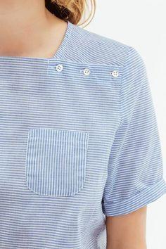 La féminine blouse Elodie nous enchante avec ses rayures, ses manches retroussées, ses petits boutons près du col et sa petite poche. Quoi de mieux qu\'une jolie blouse pour réveiller votre plus simple tenue ? Votre Elodie se porte avec absolument tout !