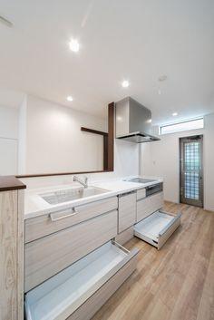 システムキッチンはパナソニックのラクシーナをご採用。扉はシェードホワイト柄、取っ手はライン取っ手。