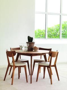 Rowicon pyöreä, tamminen Yumi-ruokapöytä Ami-tuoleilla. Pöytää saa myös suorakaiteen muotoisena. Useita värejä.  #kruunukaluste #ainain #rowico #homedeco #scandinavianhomes #interior #inspiration #interiordesign #homeinspiration #sisustus #sisustusinspiraatio #sisustusidea #wooden #modern #diningtable #diningroom Dining Nook, Oak Dining Table, Dining Table, Danish Furniture, Chair, Home Decor, Dinning Room Sets, Home Interior Design, Dining Chairs