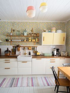 Sun, poodles and renovation ideas! Cream Kitchen Wallpaper, Kitchen Colors, Kitchen Decor, Kitchen Ideas, Scandinavian Home, House Colors, Sweet Home, New Homes, Kitchen Cabinets